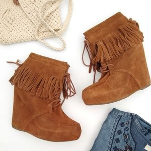 Steve Madden • Armorry suede fringe wedge booties